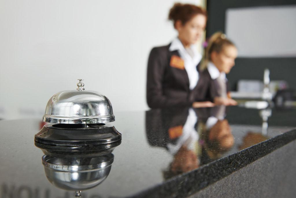 Recepcjonista w pracy po szkoleniu dla hotelarzy