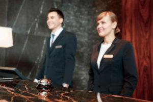 Szkolenia recepcjonistów, praca na recepcji w hotelu, obowiązki recepcjonisty, wizerunek recepcjonisty
