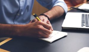 Rekrutacja pracowników recepcji w hotelu. Jak napisać ogłoszenie aby zachęcić recepcjonistów do zgłoszenia. Oferuj recepcjoniście szkolenia, benefity takie jak opieka zdrowotna, awans wewnętrzny.