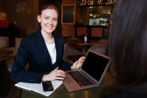 Specjalista ds. guest relations w hotelu prowadzi konta social media obiektu hotelarskiego w internecie.